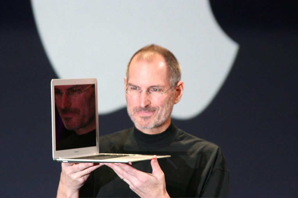 Стив Джобс с MacBook Air.