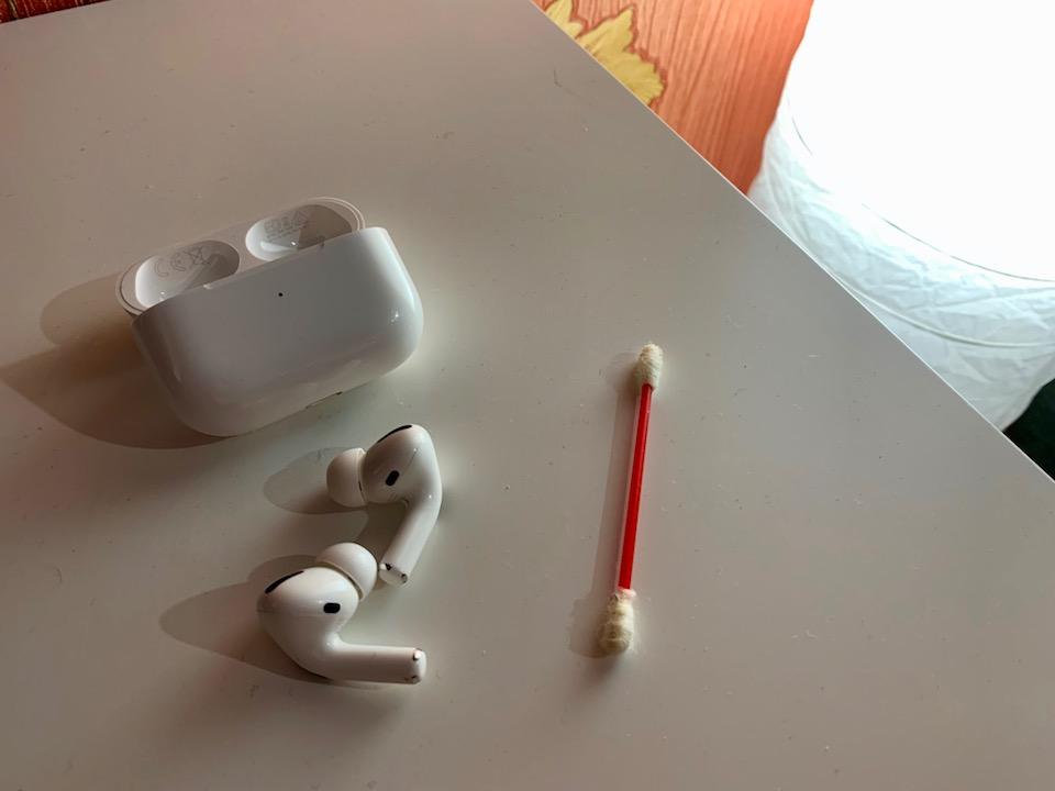 Чистим наушники с помощью ватной палочки.